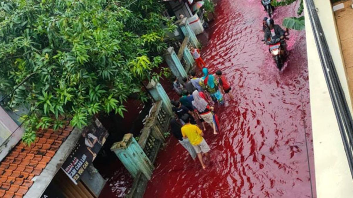 Endonezya'da sel atık boya ile karıştı, sokaklar kırmızıya büründü