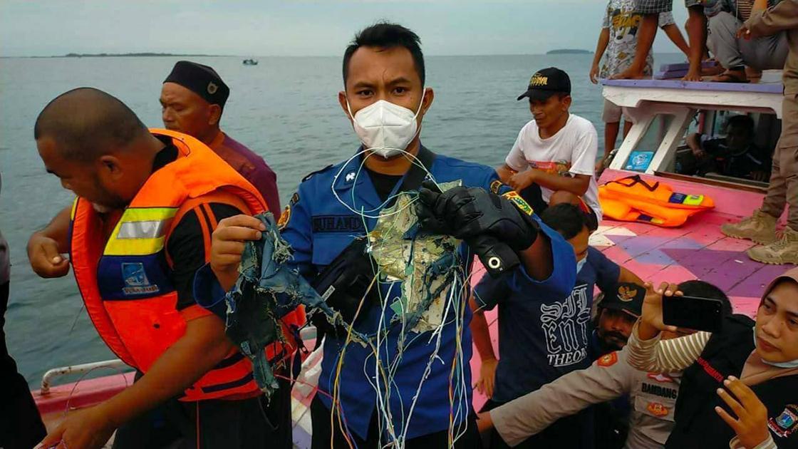 Endonezya'da Yolcu Uçağının Denize Düştüğü Açıklandı