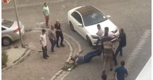 Esenyurt'ta Dükkan Sahibi ile Kiracı Arasında Kavga: Kaldırım Taşı ile Aracın Camını Patlattı