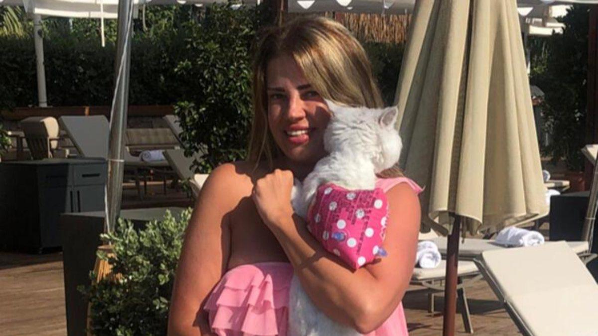 Esra Sönmezer, kedisiyle tatilde