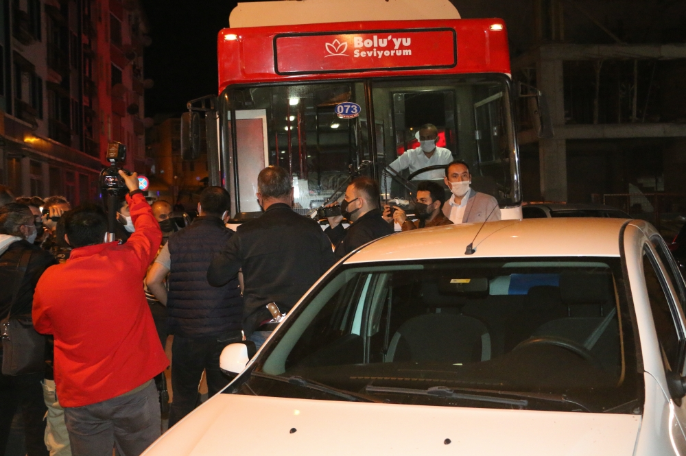 Evdeki İnsanlara Moral Veriyorlardı: Bolu Belediyesi'nin 'Mobil Konser' Aracına Polis Müdahale Etti
