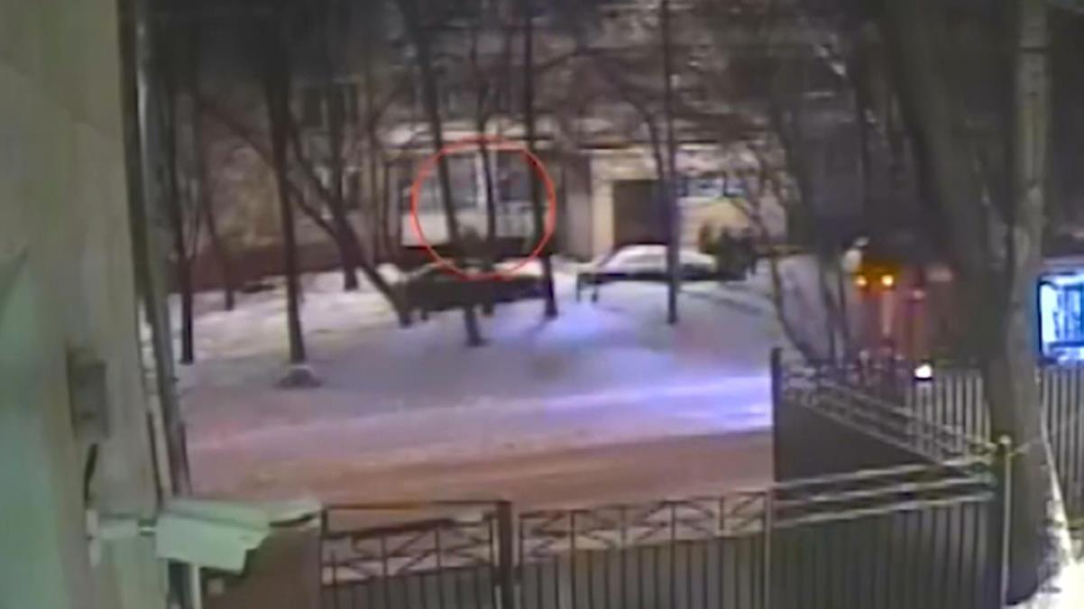 Evinde yangın çıkan kadın, 4'üncü kattan karlara atlayarak kurtuldu