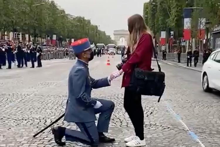 Fransa'da Bastille Günü İçin Düzenlenen Törende Kız Arkadaşına Evlenme Teklifi Yapan Asker