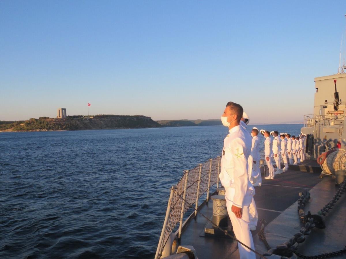 Genç Bahriyeliler, açık deniz eğitimlerinde Çanakkale Şehitler Abidesi'ni selamladı