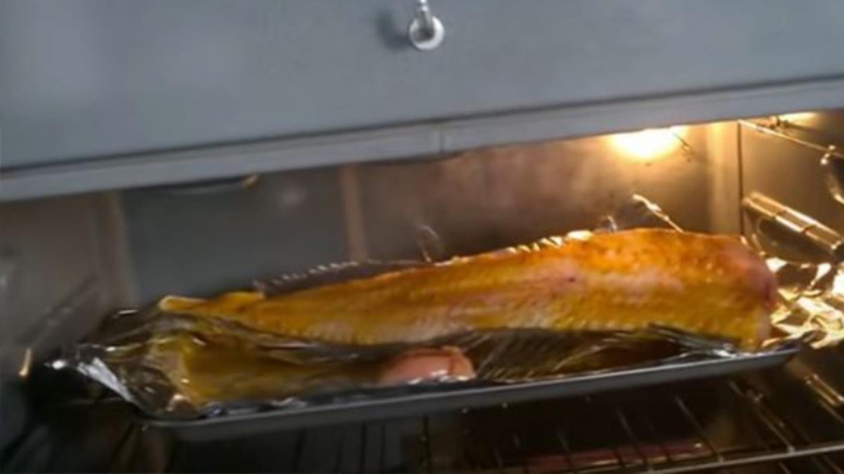 Görenleri hayrete düşüren video! Başı kesilip fırına konulan balık içeride yeniden canlandı