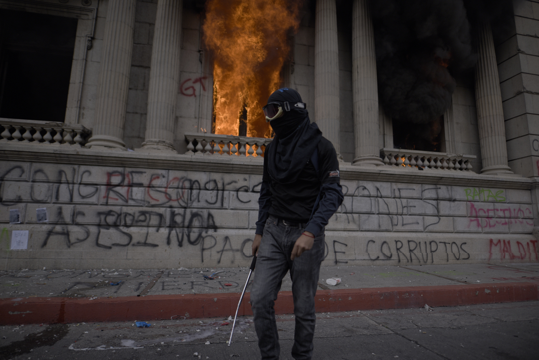 Guatemala'da Halkın Eğitim ve Sağlık Giderlerine Darbe İndiren Bütçeye Öfke: Kongre Binasını Ateşe Verdiler
