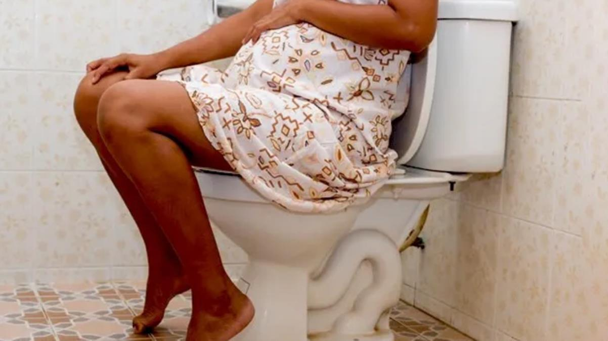 Hamile olduğunun farkına varamayan kadın, tuvalette doğum yaptı; bebek klozete düştü