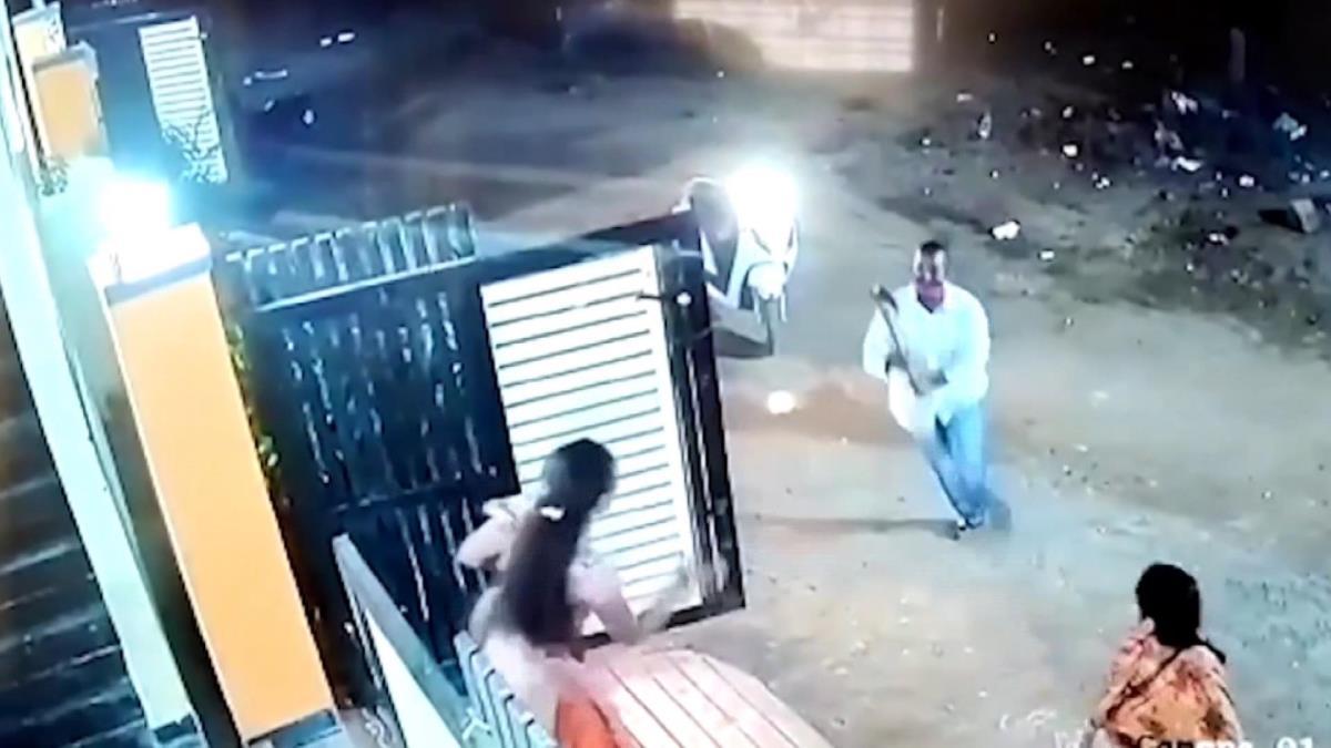 Hindistan'da sokak ortasında dehşet! Aylardır taciz ettiği kadına baltayla saldırdı