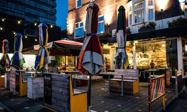 Hollanda'da Kafe ve Barlar Kapatılınca Gençler Otel Partilerine Yöneldi