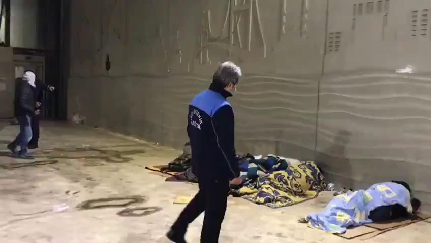 İBB, Taksim Alt Geçidinde Çekilen Görüntüleriyle 'Yürekleri Acıtan' Vatandaşları Otellere Yerleştirdi