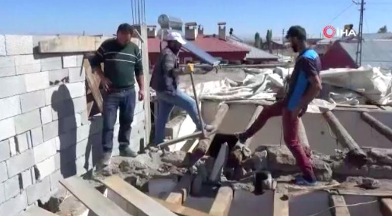 İçeri Yılanların Yuva Yaptığını İddia Eden Vatandaş Evini Yıktı: 'Akşam Eve Gittiğimizde Duvarların Üstüne Çıkıyorlar'