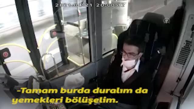 İftar Saati Gelince Otobüsü Kenara Çekip Yemeğini Yolcu ile Paylaşan Otobüs Şoförü