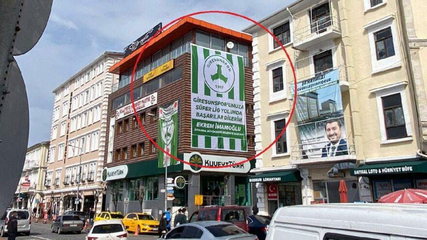 İmamoğlu'nun Gönderdiği Bayrağın Asıldığı Binanın Sahibi MHP'li Çıktı: 'Ya Bayrağı İndir Ya Binayı Boşalt'