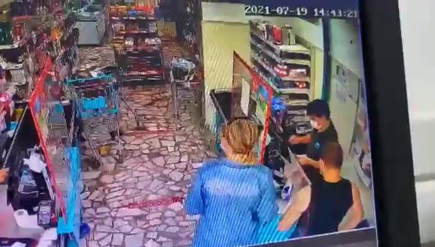 İndirimli Ürünleri Gösterirken 'Orkid Var' Deyince Müşterinin Eşi Tarafından Saldırıya Uğrayan Kasiyer