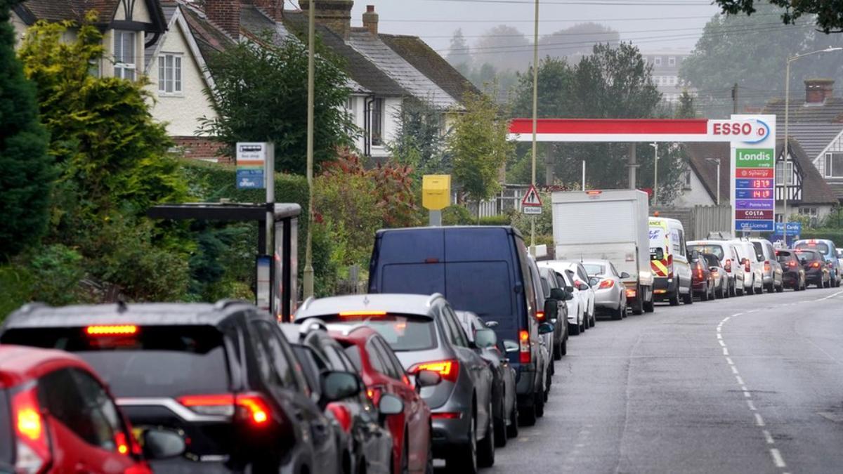 İngiltere'de ordu, benzin istasyonlarına akaryakıt dağıtımına Pazartesi başlıyor