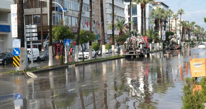 İskenderun'da anıt meydanı ve caddeler sular altında kaldı
