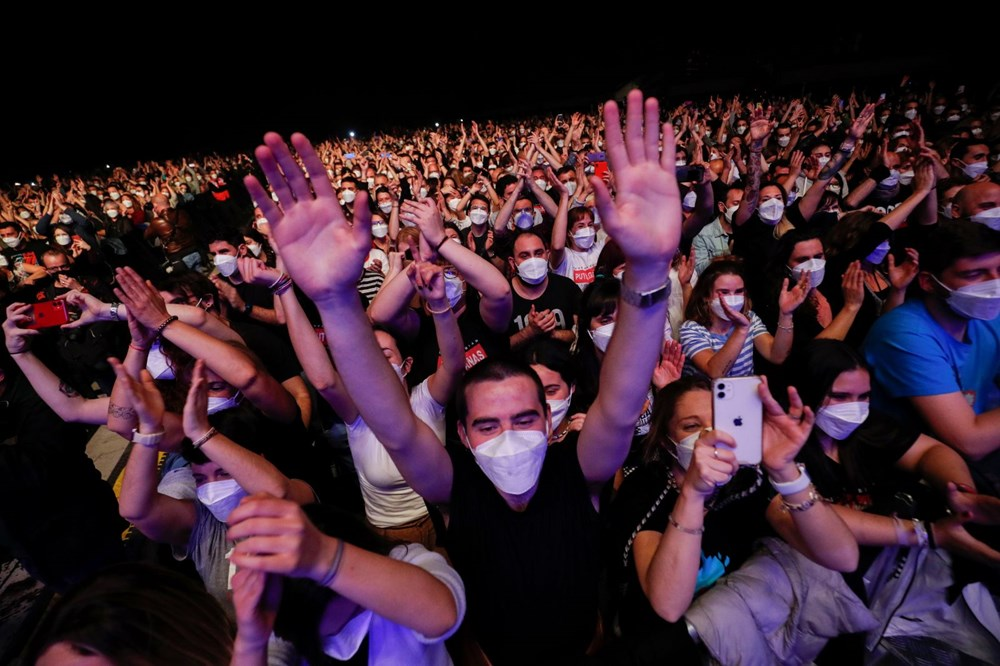İspanya'da Sosyal Mesafesiz Koronavirüs Konseri!