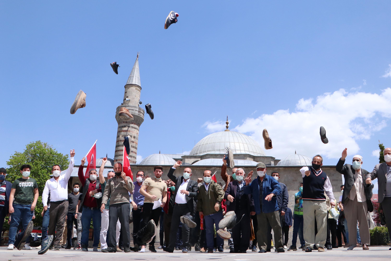 İsrail'e Tepki İçin Ayakkabı Fırlattılar