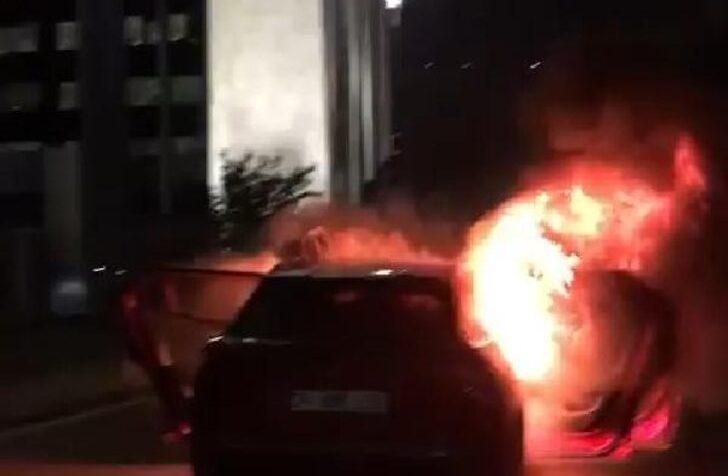 İsrail'i Protesto İçin İstanbul Başkonsolosluğu Önünde Otomobillerini Yaktılar
