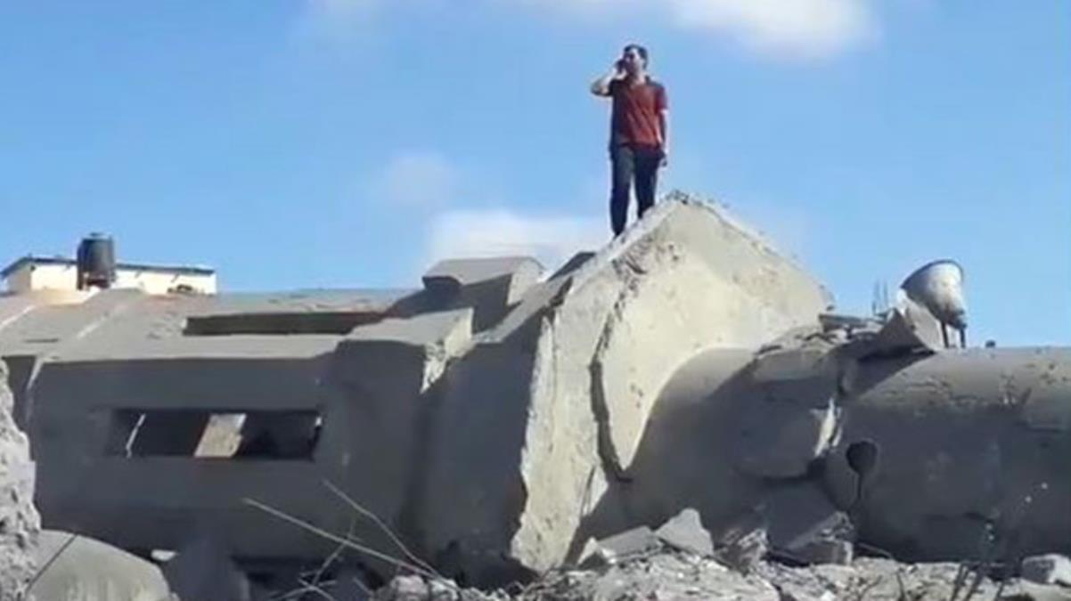 İsrail'in saldırıları da dindiremedi! Filistinli adam, cami enkazının üzerinde ezan okudu
