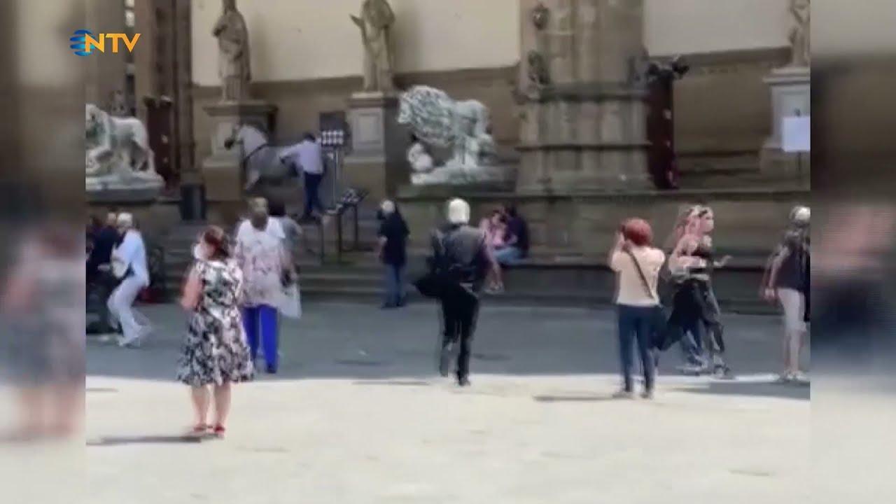 İtalya'da Tarihi Turistik Meydanı Birbirine Katan Kızgın At