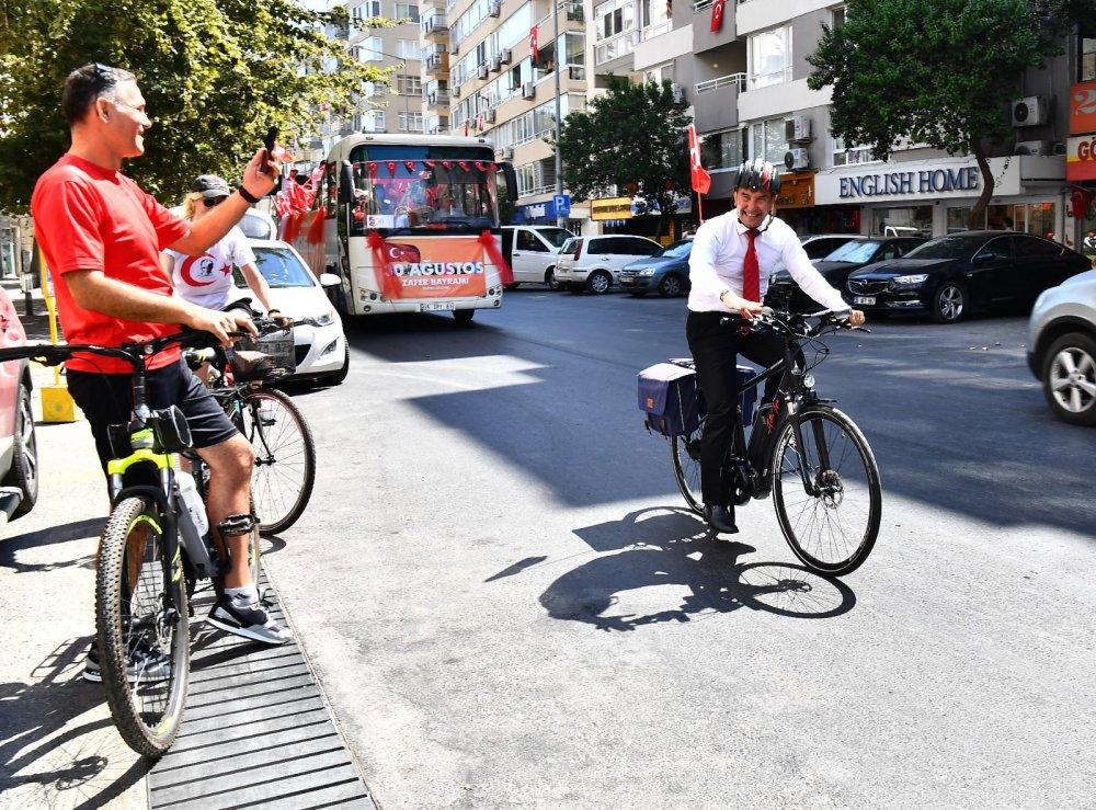 İzmir Büyükşehir Belediye Başkanı Tunç Soyer, 30 Ağustos'ta İzmirlileri Bisikleti ile Selamladı