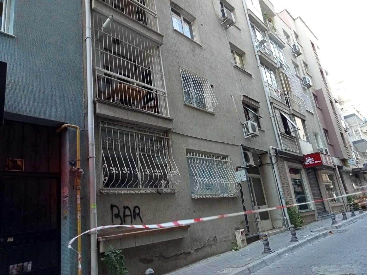 İzmir'de çatlaklar meydana gelen bina boşaltıldı
