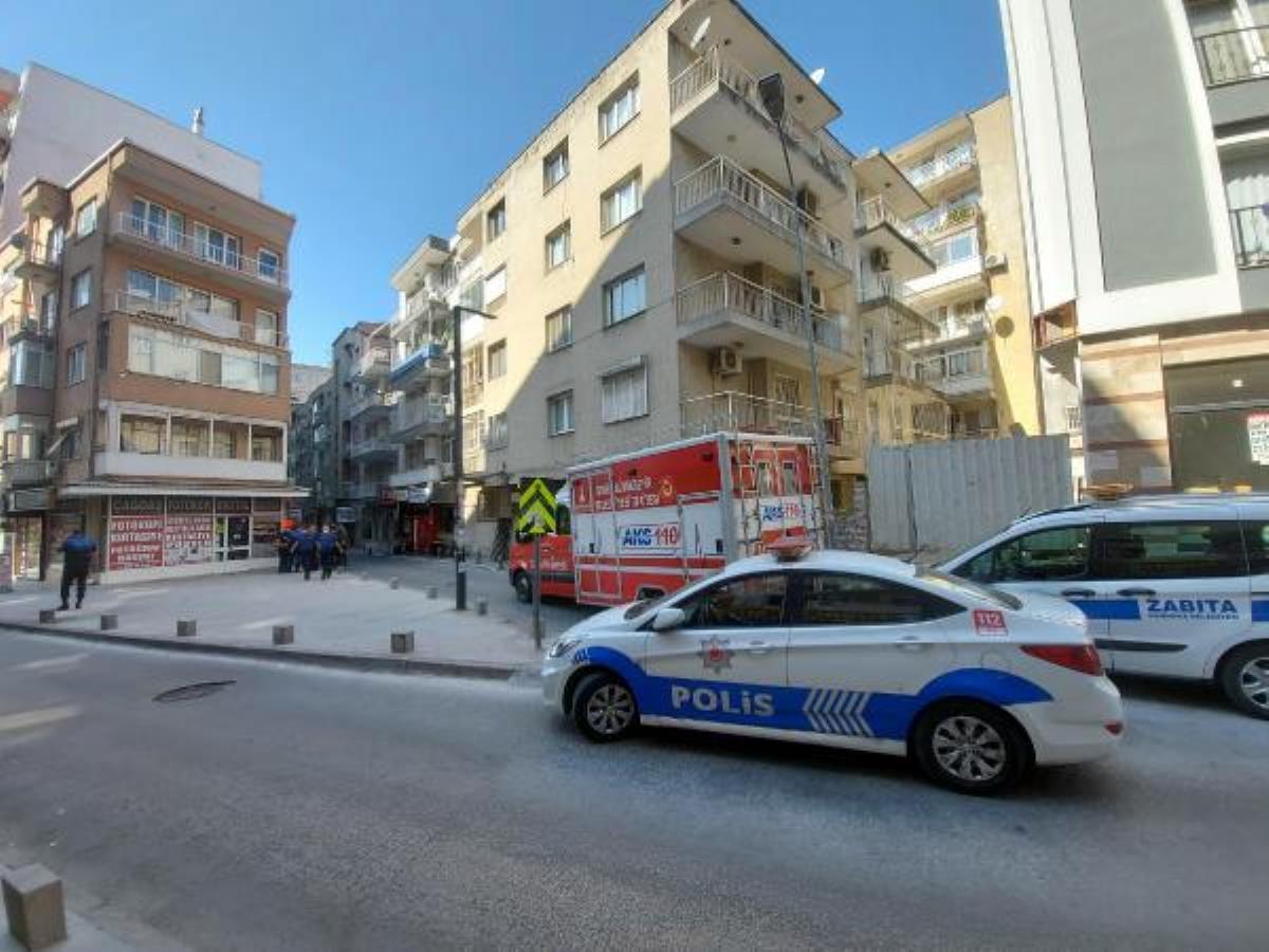 İzmir'de çatlaklar nedeniyle tahliye edilen binanın sokağı kapatıldı