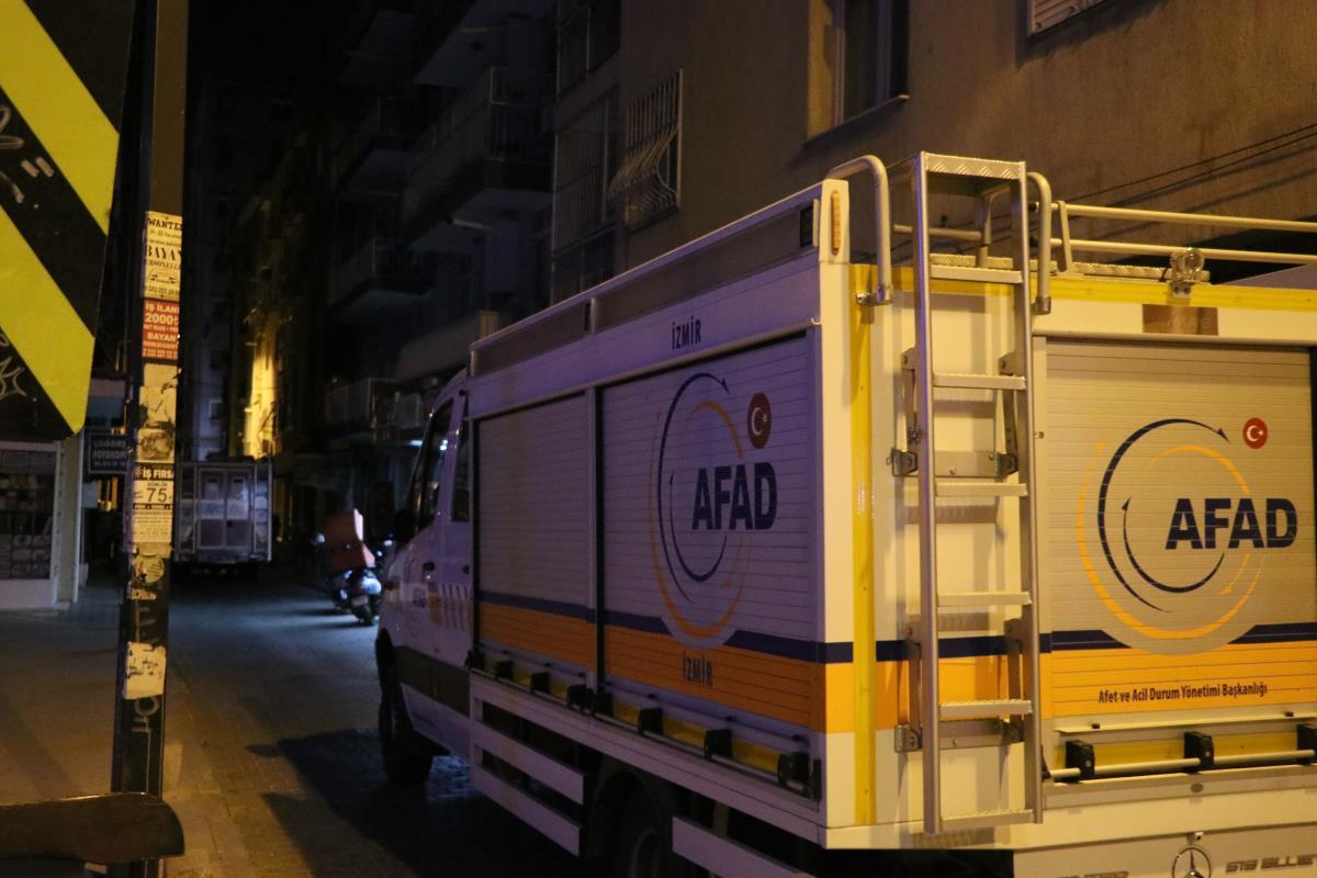 İzmir'de duvarlarında çatlama meydana gelen 4 katlı bina tedbir amaçlı boşaltıldı