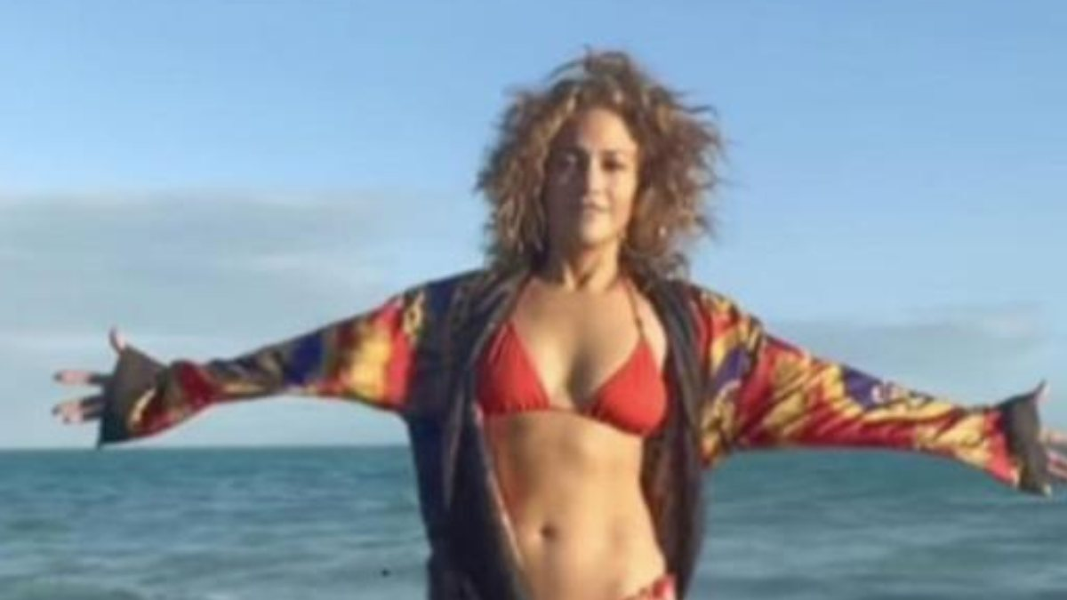 Jennifer Lopez kırmızı bikinisiyle poz verdi