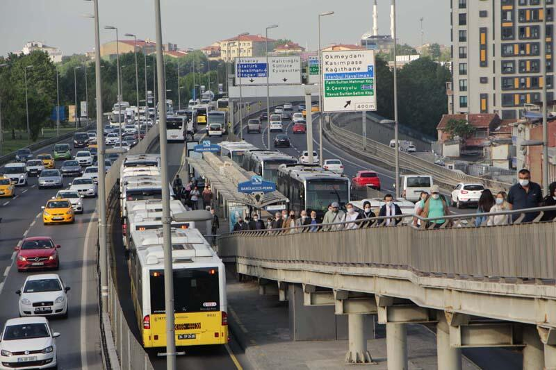 Kademeli Normalleşme Süreci Başladı: Metrobüs ve Otobüs Duraklarında Yoğunluk