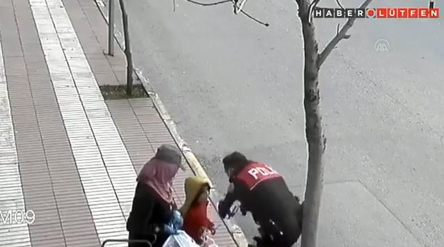Kağıt Toplayıcısı Anneye Gıda Yardımı Yapan, Maskesiz Çocuğuna da Ceza Kesmek Yerine Maske Veren Polis