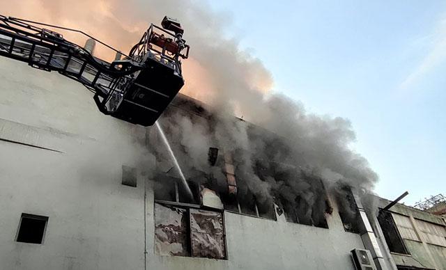 Kağıthane'de 3 Katlı İş Merkezinde Yangın