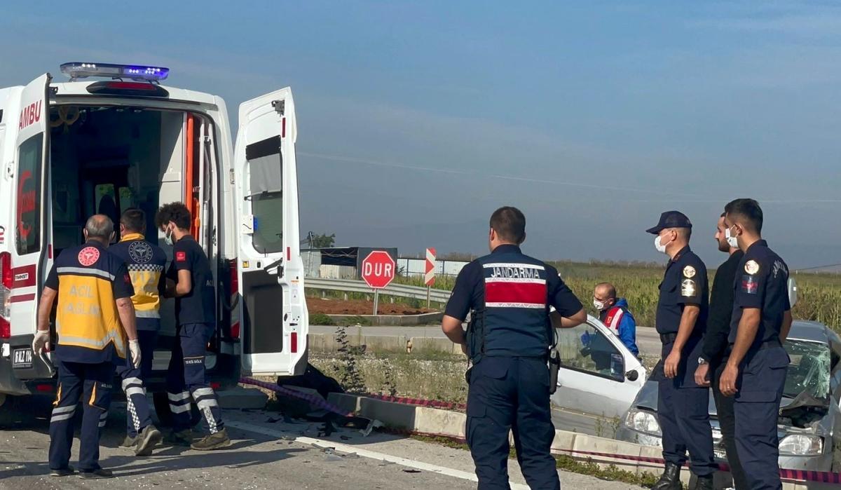 Kamyonet ile otomobil kavşakta çarpıştı: 2 yaralı