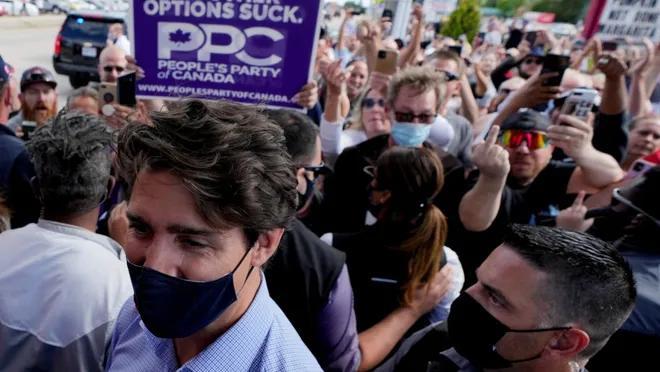 Kanada Başbakanı Trudeau'ya Taşlı Protesto