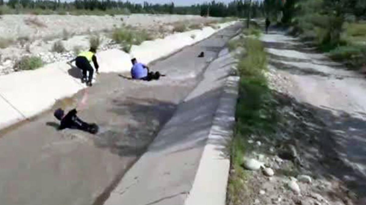 Kanala düşen koyunları kurtarma operasyonu! Polislerin mücadelesi göz doldurdu