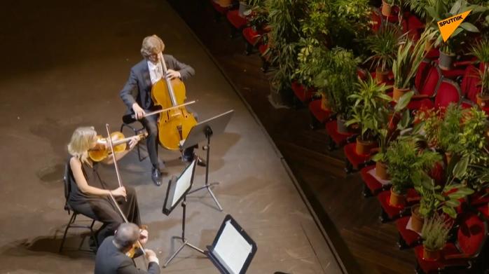 Karantinadan Sonradan Kapılarını Açan Barcelona Operası İlk Konserini Bitkilere Verdi