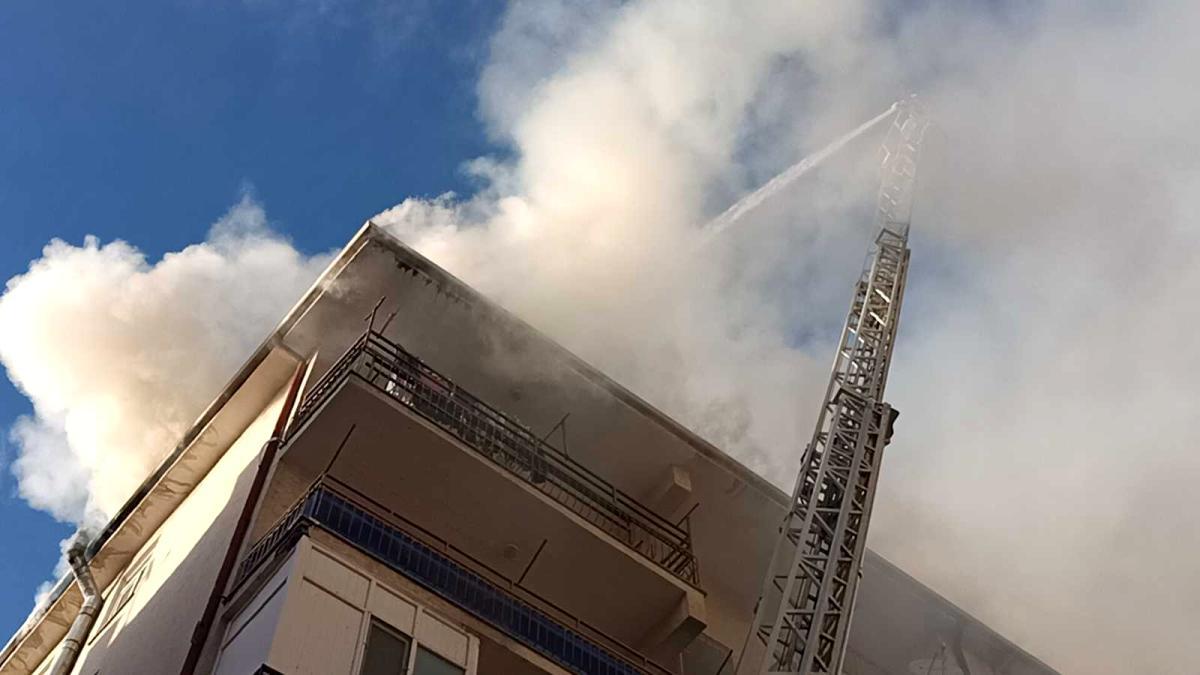 Kırşehir'de araç ve çatı yangınını itfaiye söndürdü