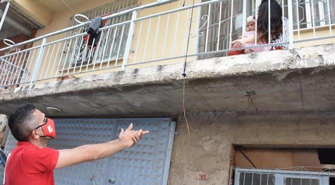 Kızılay görevlisi, eşini veyeni doğan bebeğini balkondan görebiliyor
