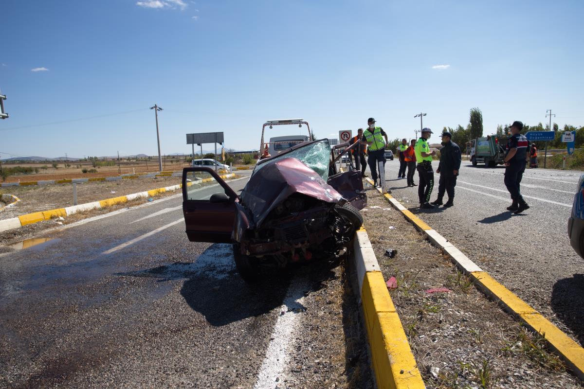 Konya'da hafif ticari araçla otomobilin çarpışması sonucu 8 kişi yaralandı