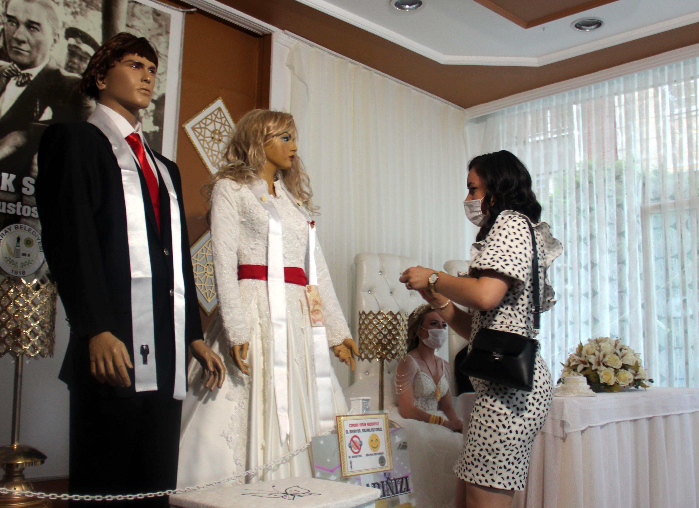 Korona Tedbirleriyle Düğün: Takılar Gelin ve Güvey Yerine Cansız Mankenlere Takıldı
