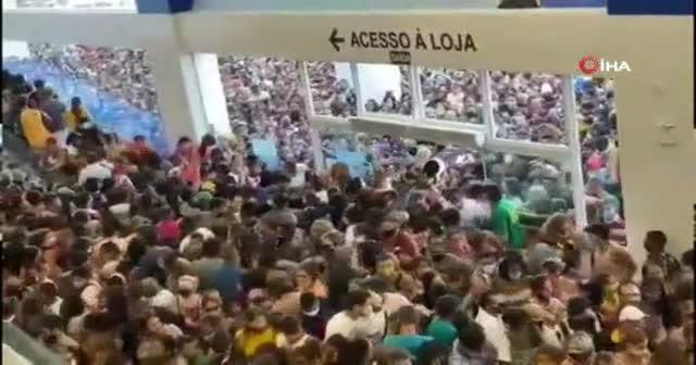 Koronavirüs Salgınından En Çok Etkilenen Ülkelerden Brezilya'da AVM Açılışında Binlerce İnsan İzdiham Yarattı