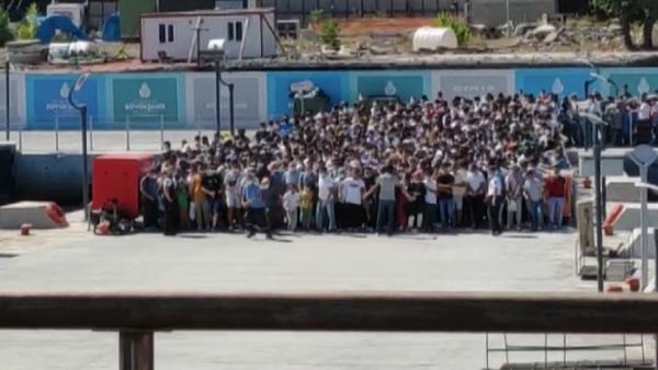 Koronavirüs Tedbirlerini Hiçe Sayan Yüzlerce İnsanın Vapura Binmek İçin Yaptığı Maraton Koşuşu