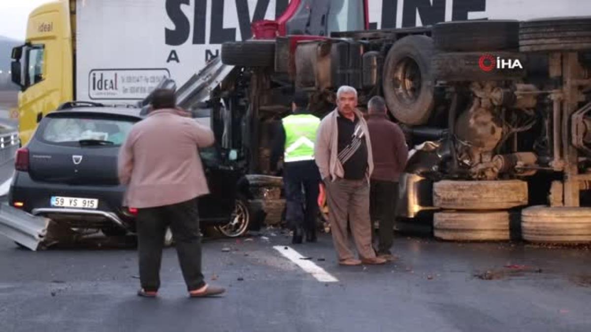 Kuzey Marmara'da devrilen kamyon 4 şeridi de ulaşıma kapattı