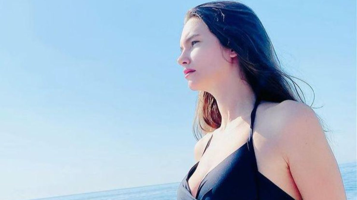 Leyla Lydia Tuğutlu siyah bikinisiyle yaza veda pozu
