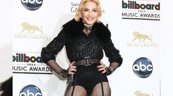 Madonna koltuk değneği ile çıplak poz verdi