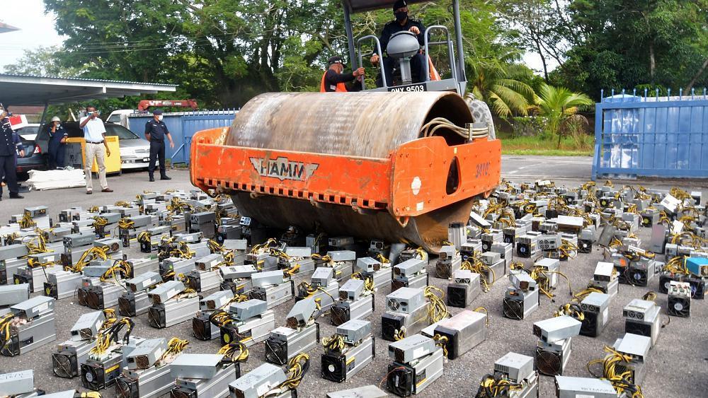 Malezya'da Polis Bitcoin Madenciliğinde Kullanılan Cihazları İmha Etti