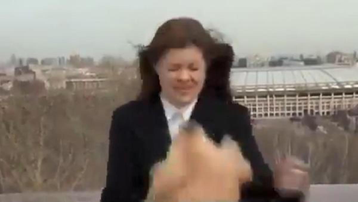 Muhabir, canlı yayın sırasında mikrofonunu kapıp kaçan köpeği kovaladı