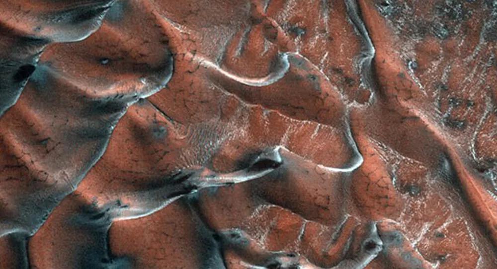 NASA, Mars'taki Buzlu Kum Tepelerinin Fotoğrafını Paylaştı