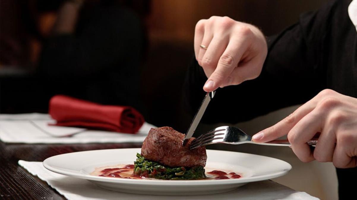 Normal çatal bıçağı unutun! Çelikten bile 3 kat keskin, mutfakların yeni gözdesi tahta bıçak olacak